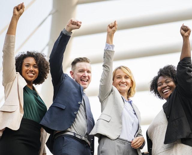 vier vrolijke kantoor medewerkers die zijn gestopt met roken