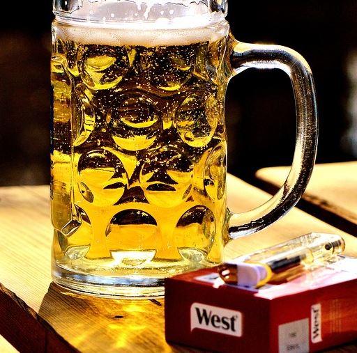 Glas bier en sogaretten de valkuilen bij stoppen met roken