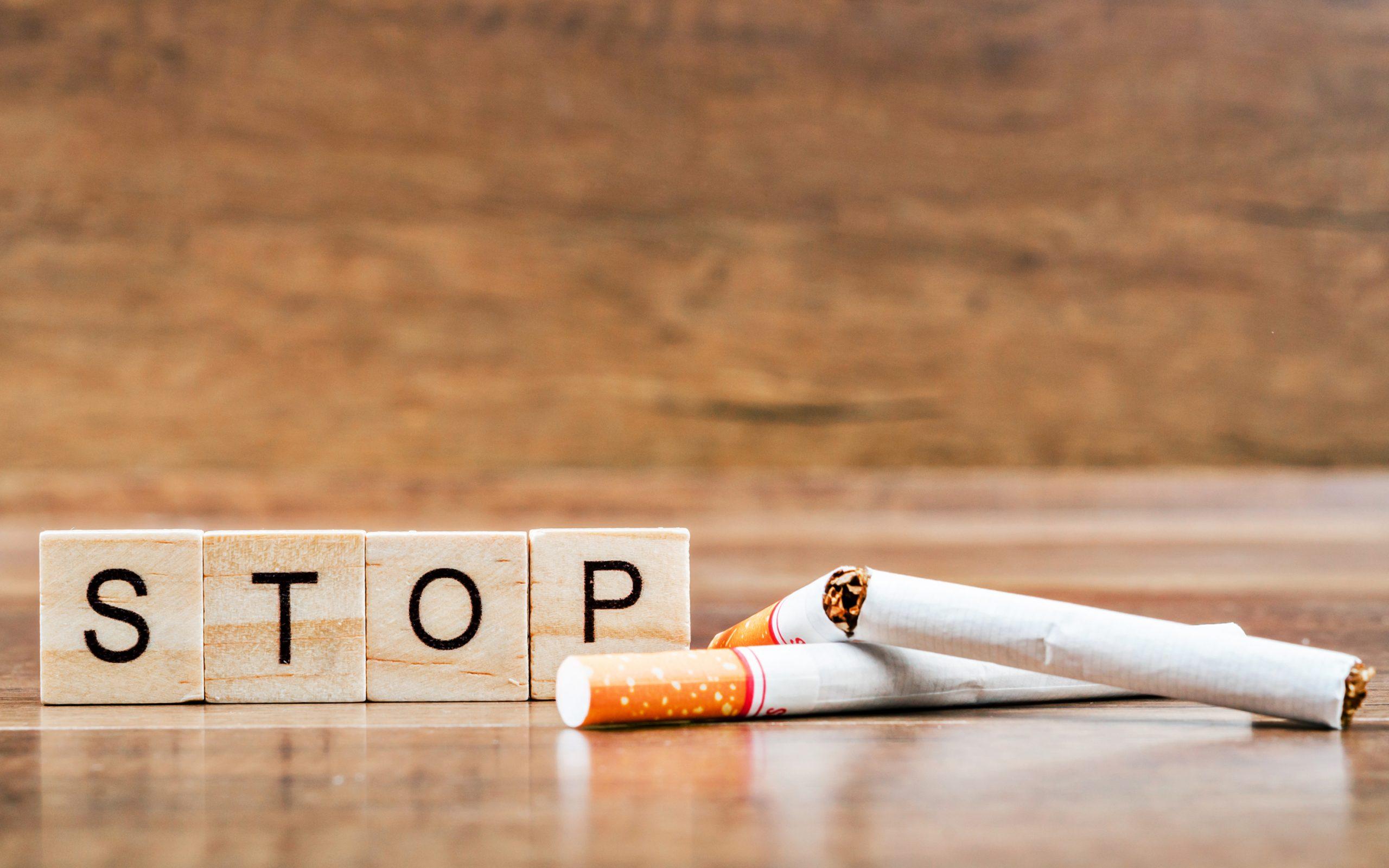 Gebroken sigaretten en het woord STOP: Wereld Niet Roken Dag