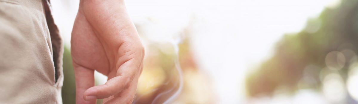 Roken in de zomer: hand met sigaret