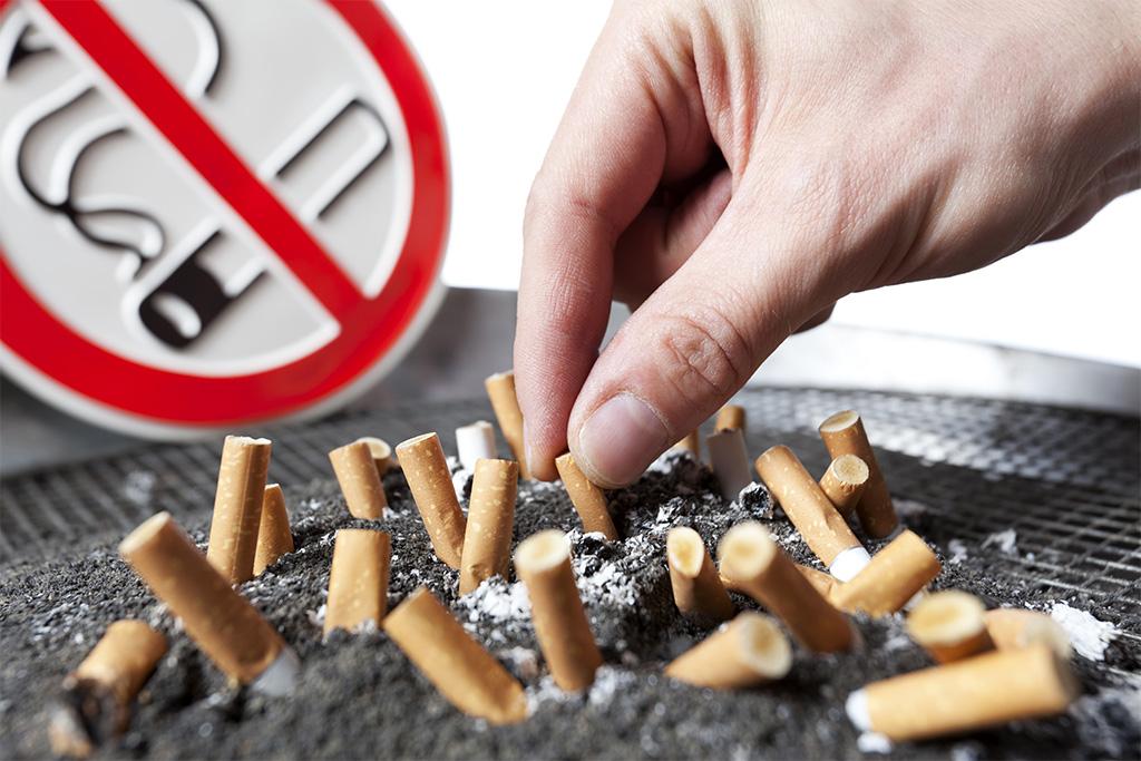 Hier niet roken bord met uitgedrukte sigaretten