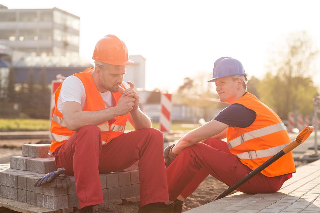 Werknemers roken tijdens pauze