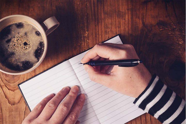 Notitieboekje met kop koffie