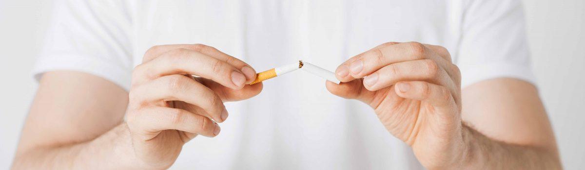 Man die 1 sigaret breekt met zijn handen